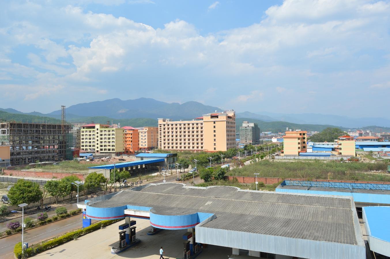 Blcik vom Dach unseres Hotels über Mongla. Die Berge hinter der Stadt gehören schon zu China.