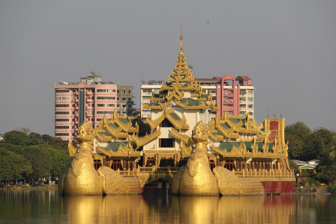 Das Karaweik-Restaurant auf dem Kandawgyi-See in Yangon